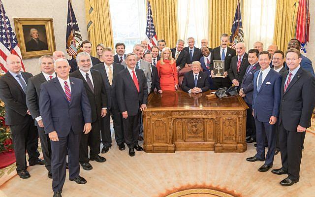 El presidente de los Estados Unidos, Donald Trump, recibe el Premio Friends of Zion con líderes religiosos en la Oficina Oval en la Casa Blanca el 11 de diciembre de 2017. (D. Myles Cullen / Casa Blanca)