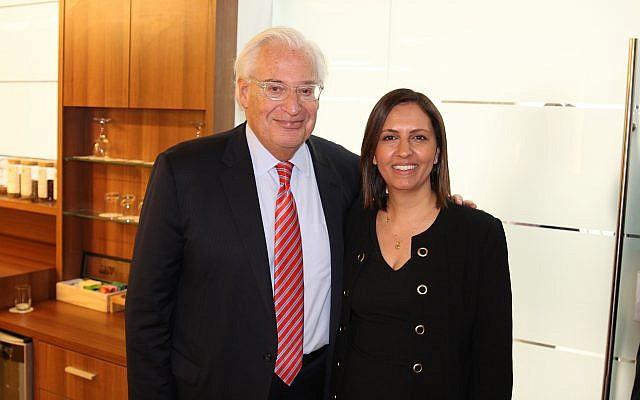 El embajador de Estados Unidos en Israel, David Friedman, a la izquierda, con el ministro de Igualdad Social, Gila Gamliel, en la primera Conferencia de Inversores de Estados Unidos e Israel para los Start-ups árabes en Nazaret; 11 de diciembre de 2018 (Cortesía)