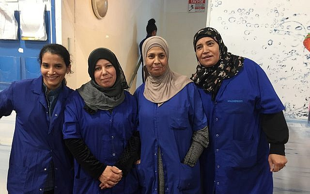 Trabajadores israelíes y palestinos en la fábrica Idan HaNegev de SodaStream en Israel, el 15 de noviembre de 2018; (Federico Maccioni / TimesofIsrael)