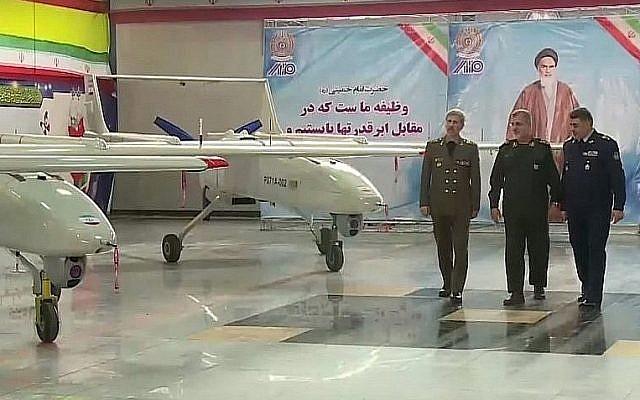 Captura de pantalla del video que muestra al ministro de Defensa iraní, el brigadier general Amir Hatami, a la izquierda, durante la apertura de una línea de producción para producir el dron Mohajer 6 de Irán, en Teherán, el 5 de febrero de 2018. (YouTube)