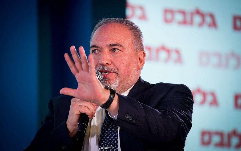 El líder del partido Yisrael Beytenu, Avigdor Liberman, habla en la Conferencia de Negocios Globes en Jerusalem el 19 de diciembre de 2018. (Yonatan Sindel / Flash 90)