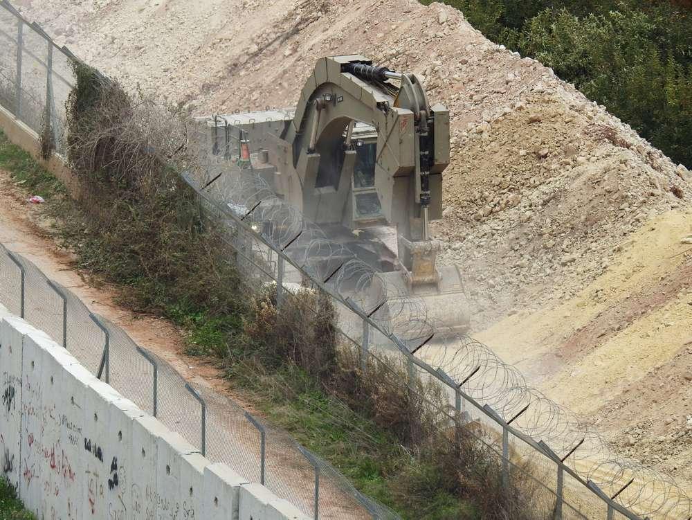 Un vehículo israelí cava en la frontera cerca de la aldea de Kfar Kila, en el sur del Líbano, el 4 de diciembre de 2018.\ KARAMALLAH DAHER / REUTERS