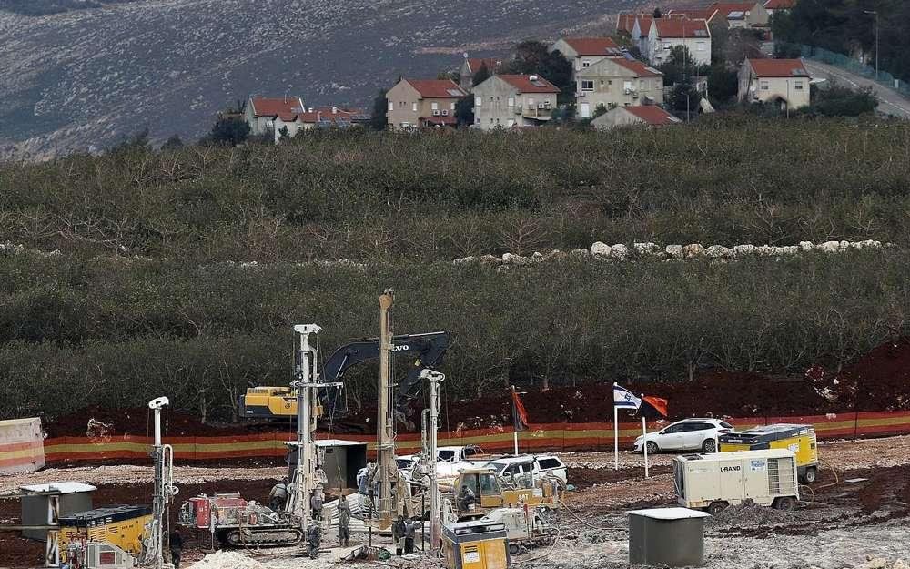 En este jueves, 13 de diciembre de 2018, foto, equipo militar israelí trabaja en la frontera entre el Líbano e Israel frente a la ciudad israelí de Metula, al fondo, cerca de la aldea sur de Kafr Kila, en el Líbano.(Foto AP / Hussein Malla)