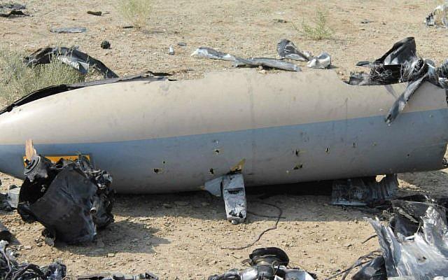 Esta foto sin fecha publicada el lunes 25 de agosto de 2014 por la Guardia Revolucionaria de Irán, afirma que muestra los restos de un avión israelí que el Irán dice que disparó cerca de un sitio nuclear iraní. (Crédito de la foto: AP / Sepahnews)