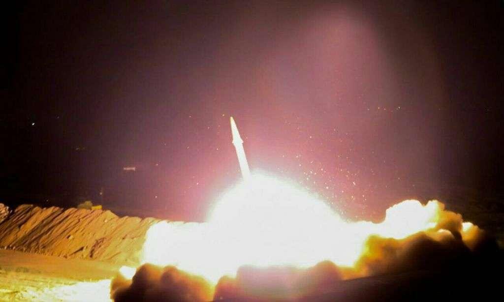 Irán lanza un misil balístico contra objetivos del Estado Islámico en el este de Siria el 18 de junio de 2017. (Cuerpo de la Guardia Revolucionaria Islámica)