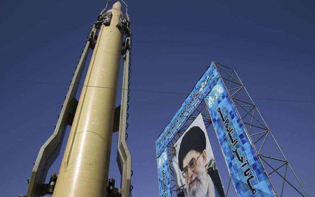 Se muestra un misil Ghadr-F junto a un retrato del líder supremo iraní, el ayatolá Ali Khamenei, en una exhibición de hardware de la Guardia Revolucionaria con motivo del 36 aniversario de la guerra entre Irán y Irak, en la Plaza Baharestanen el centro de Teherán, Irán, el domingo 25 de septiembre de 2016. (AP / Vahid Salemi)