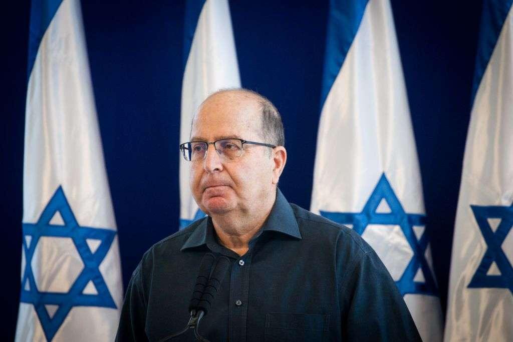El ministro saliente de Defensa y miembro del Likud, Moshe Ya'alon, habla en una conferencia de prensa en la que anuncia su renuncia al Knesset, en Kirya, sede de las IDF de Tel Aviv, el 20 de mayo de 2016. (Miriam Alster / Flash 90)