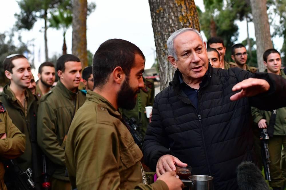 El primer ministro Benjamin Netanyahu (R) recorre la frontera norte para ver las operaciones de las FDI para descubrir los túneles de ataque de Hezbolá el 11 de diciembre de 2018 (Kobi Gideon / GPO)