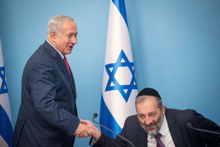 El primer ministro Benjamin Netanyahu y el ministro del Interior Aryeh Deri en una conferencia de prensa en Jerusalén, el 3 de diciembre de 2017. (Yonatan Sindel / Flash 90)