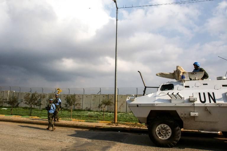 El 4 de diciembre de 2018, soldados de la Fuerza Provisional de las Naciones Unidas en el Líbano (FPNUL) patrullan a lo largo del muro fronterizo con Israel cerca de la aldea libanesa del sur de Kfar Kila. (Mahmoud ZAYYAT / AFP)