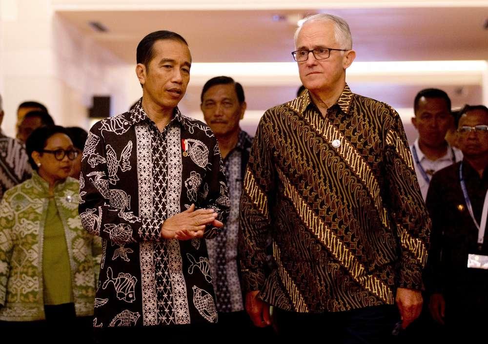 """El presidente de Indonesia, Joko """"Jokowi"""" Widodo, delante a la izquierda, con el ex primer ministro de Australia, Malcolm Turnbull, frente a la derecha, durante su reunión bilateral en la Conferencia Our Ocean en Bali, Indonesia, 29 de octubre de 2018. (Foto AP / Firdia Lisnawati)"""