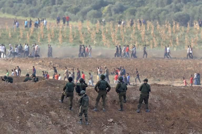 Soldados israelíes ante las hordasislamistas en la frontera con Gaza el 19 de octubre de 2018 cerca de Nahal Oz.(Jack Guez / AFP)