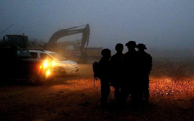 Los soldados israelíes se reúnen cerca del equipo de excavación utilizado para localizar los túneles de ataque de Hezbolá a lo largo de la frontera con el Líbano, cerca de la ciudad de Metula, en el norte de Israel, el 19 de diciembre de 2018. (Jack Guez / AFP)