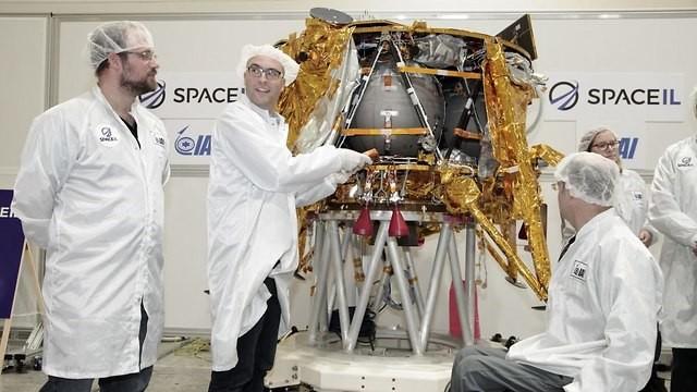 Foto del IAI de los ingenieros que colocan la cápsula del tiempo en la nave espacial el 18 de diciembre. Crédito: IAI.