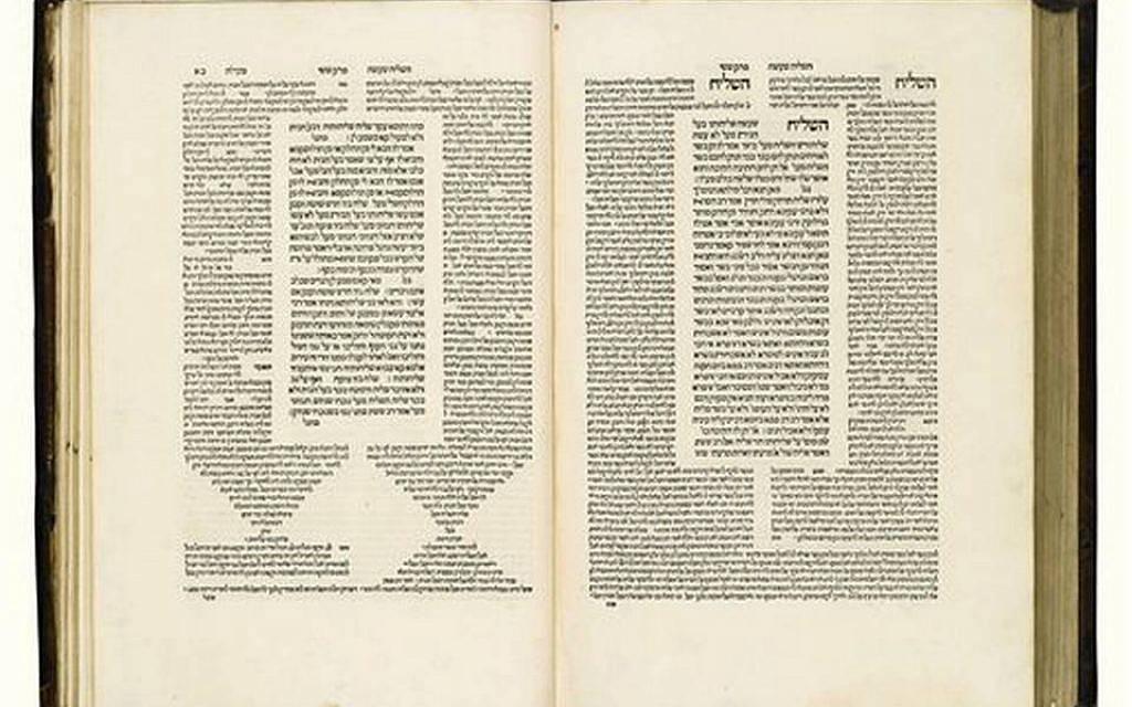 Esta foto sin fecha proporcionada por Sotheby's en Nueva York muestra la primera impresión del Talmud en Venecia en la década de 1520.(Sotheby's via AP)