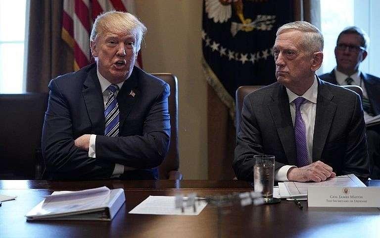 El presidente de los Estados Unidos, Donald Trump (L), y el secretario de Defensa, James Mattis, en una reunión del Gabinete en la Sala del Gabinete de la Casa Blanca el 8 de marzo de 2018. (AFP Photo / Mandel Ngan)