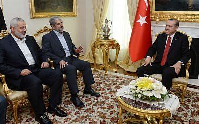 El primer ministro turco, Recep Tayyip Erdogan, a la derecha, visto durante una reunión con Khaled Mashaal, el entonces jefe de Hamas en el exilio, centro y líder de Gaza, Ismail Haniyeh en Ankara, Turquía, el 18 de junio de 2013. (AP / Yasin Bulbul, Oficina de Prensa del Primer Ministro