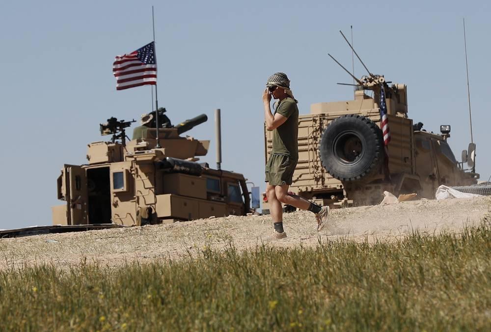 Un soldado estadounidense camina en una posición recién instalada, cerca de la tensa línea entre el Consejo Militar Manbij Sirio respaldado por Estados Unidos y los combatientes respaldados por Turquía, en Manbij, norte de Siria, 4 de abril de 2018. (AP / Hussein Malla)