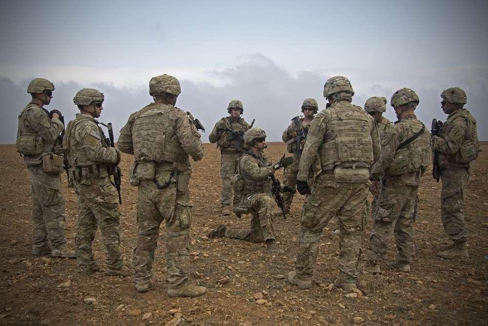 Los soldados de EE. UU. en una reunión informativa durante un ensayo de patrulla conjunta en Manbij, Siria, el 7 de noviembre de 2018. (Foto del Ejército de EE. UU. Por la Zc. Zoe Garbarino a través de AP)