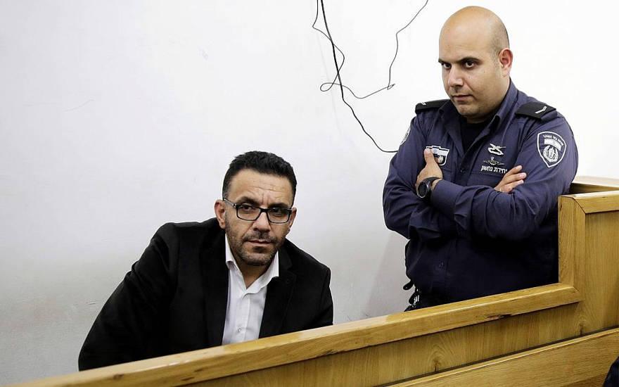 Un policía israelí vigila al gobernador de Jerusalén de la Autoridad Palestina, Adnan Ghaith, durante una comparecencia ante el tribunal después de su arresto en Jerusalén, el 29 de noviembre de 2018. (Foto de AP / Mahmoud Illean).