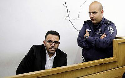 Un policía israelí vigila al gobernador de Jerusalén de la Autoridad Palestina, Adnan Ghaith, durante una comparecencia ante el tribunal después de su arresto en Jerusalén, el 29 de noviembre de 2018. (Foto de AP / Mahmoud Illean)