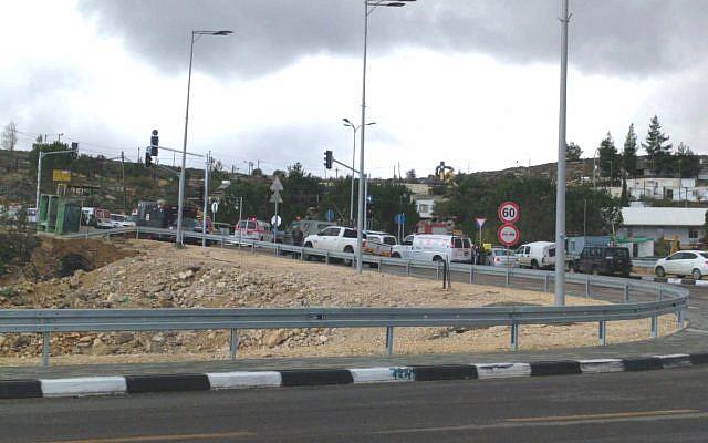 Fuerzas de seguridad y rescate en la escena de un ataque terrorista cerca del asentamiento de Ofra en el centro de Cisjordania, 13 de diciembre de 2018 (cortesía)