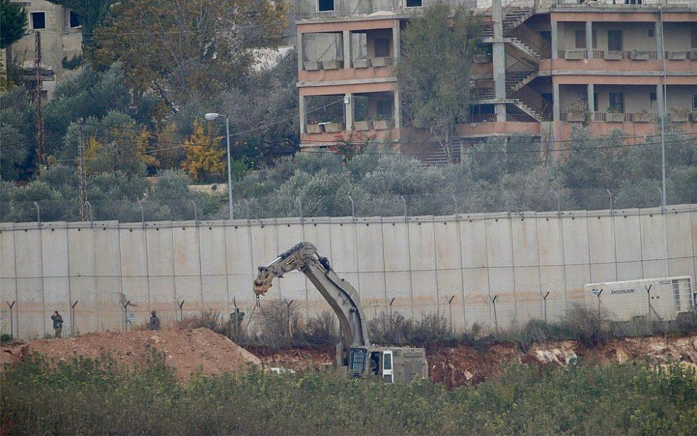 Una excavadora militar israelí trabaja en la frontera con el Líbano en la ciudad de Metulla, en el norte de Israel, el 4 de diciembre de 2018. (Foto AP / Ariel Schalit)