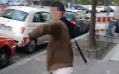 Se ve a un hombre de habla árabe que se prepara para azotar a un hombre no judío vestido con kipá en un ataque antisemita en Berlín en un video publicado el 18 de abril de 2018. (Captura de pantalla: Twitter)