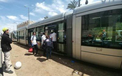 Los médicos llegan a la escena de un ataque punzante en el tren ligero de Jerusalén cerca de la Plaza IDF en la capital el 14 de abril de 2017. (Magen David Adom)