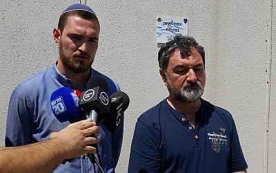 Vladimir Lubarsky (R) y Arik Lubarsky hablan con reporteros fuera del tribunal militar de Ofer en Cisjordania el 15 de agosto de 2018. (Eligiendo el foro de la vida)
