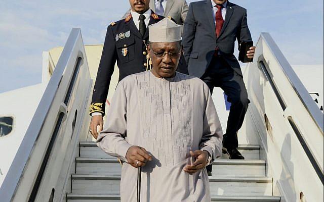 El presidente Idriss Deby de Chad es recibido en el aeropuerto Ben Gurion, 25 de noviembre de 2018. (Avi Hayon / Ministerio de Relaciones Exteriores)