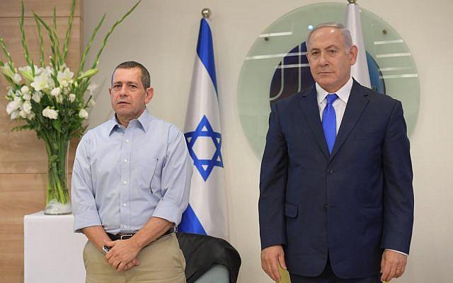 El jefe de Shin Bet, Nadav Argaman, izquierda, y el primer ministro Benjamin Netanyahu asisten a una ceremonia de entrega de premios en la sede de Shin Bet en Tel Aviv en honor a los agentes que destacaron en operaciones de inteligencia en 2017 y 2018, el 4 de diciembre de 2018. (Amos Ben Gershom / GPO)