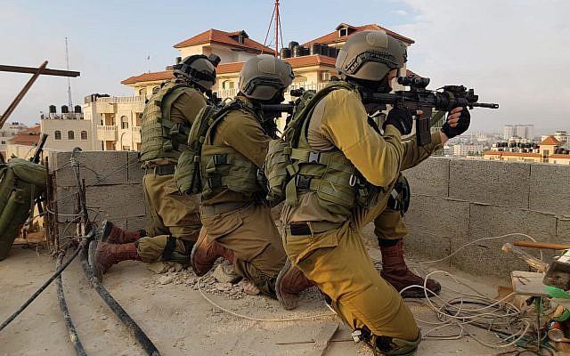 Las tropas israelíes el 6 de junio de 2018 arrestaron a un palestino sospechoso de matar a un soldado de las FDI al dejar caer una losa de piedra sobre su cabeza en el campamento de refugiados de Amari en Ramallah el mes anterior. (Fuerzas de Defensa de Israel)