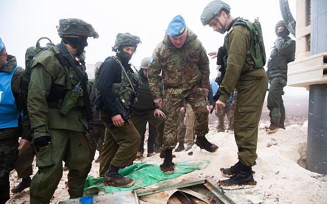 Soldados israelíes muestran al comandante de la FPNUL, mayor general Stefano Del Col, un túnel de Hezbollah que penetró el territorio israelí desde el sur del Líbano el 6 de diciembre de 2018. (Fuerzas de Defensa de Israel)