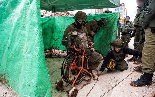 Las tropas de las FDI descubren un túnel que se adentra en el territorio israelí desde el sur del Líbano, que Israel dice que fue excavado por el grupo terrorista Hezbollah, el 11 de diciembre de 2018. (Fuerzas de Defensa de Israel)