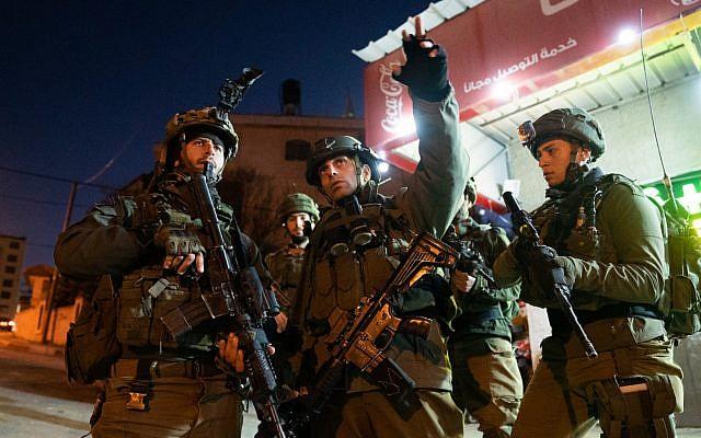 Las tropas israelíes buscan a los terroristas que cometieron un ataque a tiros en una parada de autobús fuera del asentamiento de Ofra en Cisjordania, cerca de Ramallah, en la que resultaron heridos siete israelíes, incluida una mujer embarazada, el 9 de diciembre de 2018. (Fuerzas de Defensa de Israel)
