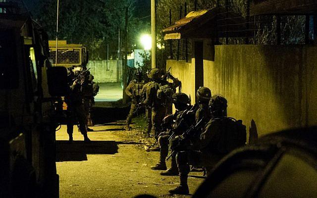 Los soldados israelíes realizan búsquedas de sospechosos de terrorismo en Cisjordania el 14 de diciembre de 2018. (Fuerzas de Defensa de Israel)