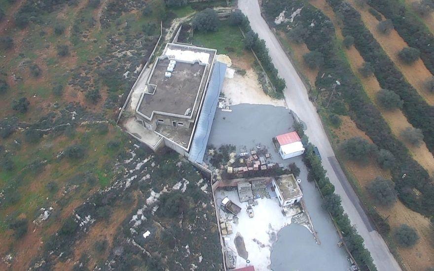 Una foto publicada por las FDI el 27 de diciembre de 2018, muestra los fluidos que el ejército dice que usó para sellar túneles de ataque transfronterizos excavados por Hezbolá que salían de un edificio civil en la aldea sur de Líbano, Kafr Kila. (Portavoz de las FDI)