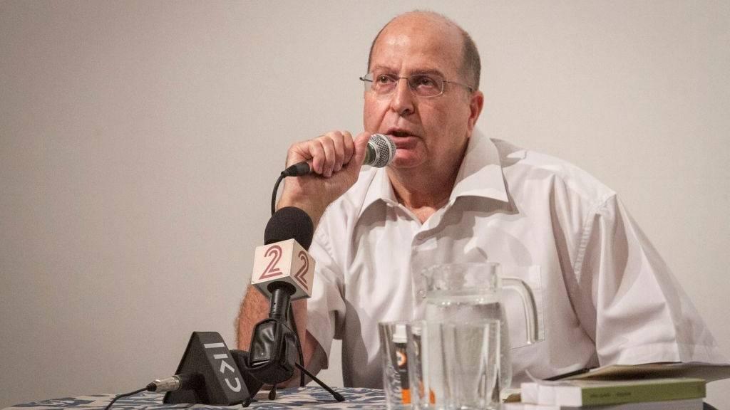 El ex ministro de defensa Moshe Ya'alon habla en un evento cultural en Ra'anana el 15 de julio de 2017. (Flash 90)