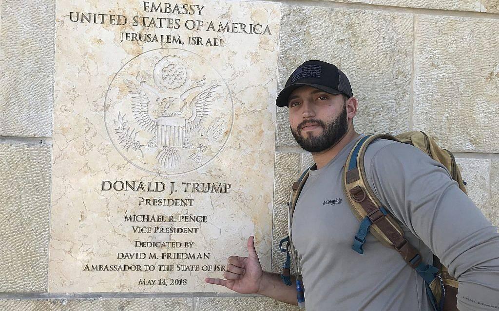 Zachary Zeff frente a la nueva Embajada de los Estados Unidos en Jerusalem.(Cortesía)