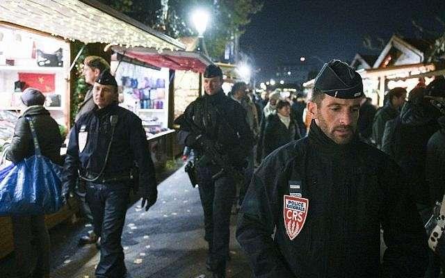 En esta foto de archivo tomada el 23 de noviembre de 2018 policías franceses de la compañía CRS patrullan en Estrasburgo, este de Francia, en la inauguración del mercado navideño de la ciudad, el más grande y uno de los mercados navideños más antiguos de Francia (SEBASTIEN BOZON / AFP)