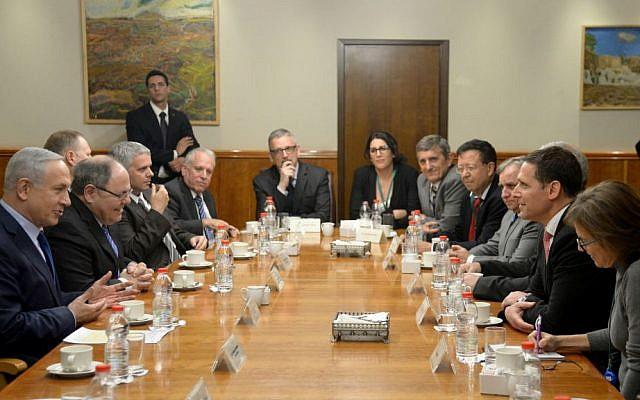 PM Netanyahu, izquierda, reunión con una delegación de ocho parlamentarios brasileños, noviembre de 2015 (GPO)