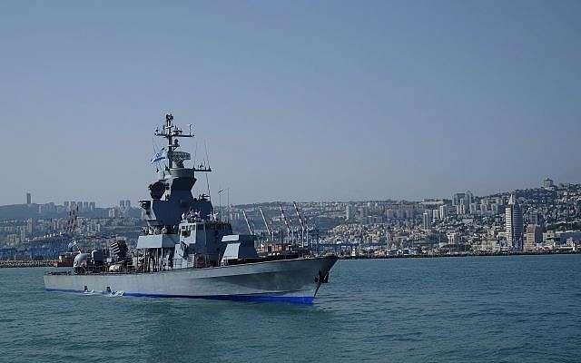 Archivo: Un bote de misiles de clase Sa'ar 4.5 sale del puerto de Haifa por delante de la flotilla de la Marina israelí en honor al 70º Día de la Independencia de Israel el 19 de abril de 2018. (Judah Ari Gross / Times of Israel)