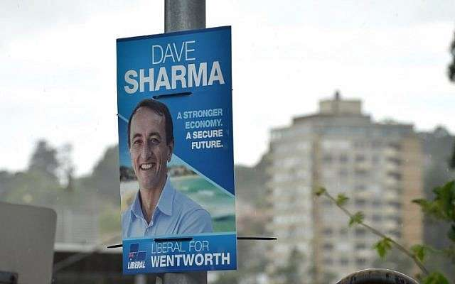 Un cartel electoral del candidato liberal Dave Sharma se ve en una calle en la sede de Wentworth en Sydney el 18 de octubre de 2018. (Foto de Peter PARKS / AFP)