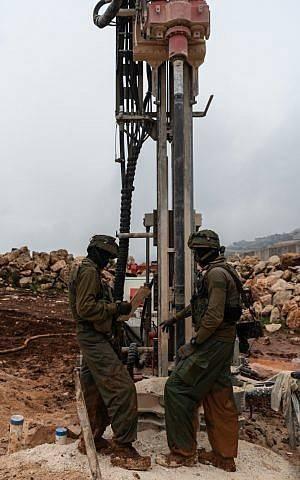 Las tropas de las FDI descubren un túnel que se adentra en el territorio israelí desde el sur del Líbano, que Israel dice que fue excavado por el grupo terrorista Hezbolá, el 11 de diciembre de 2018. (Fuerzas de Defensa de Israel)