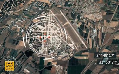 Una captura de pantalla de un video de advertencia emitido por Hezbolá aparentemente mostrando imágenes satelitales de una base aérea israelí superpuesta con un objetivo y sus coordenadas en el mapa. (Captura de pantalla / Youtube)