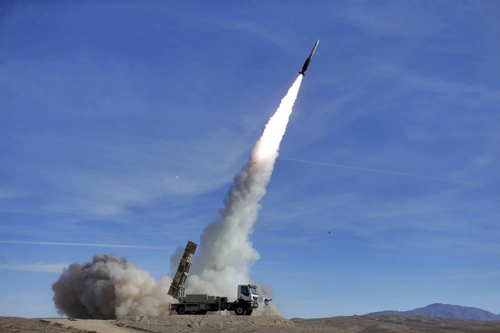 En esta foto proporcionada por el ejército iraní el 5 de noviembre de 2018, el sistema de defensa aérea Talash dispara un misil Sayyad 2 durante los simulacros en un lugar no revelado en Irán.(Ejército iraní / AP)