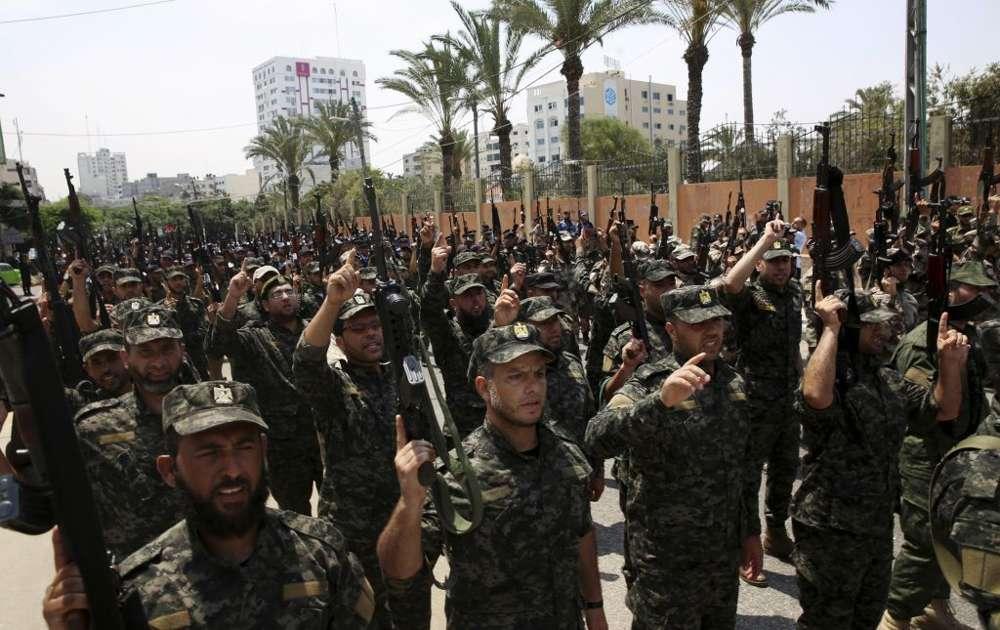 Oficiales de Hamas corean consignas islámicas mientras sostienen sus rifles durante un desfile contra los arreglos de seguridad israelíes en el Monte del Templo, frente al Consejo Legislativo Palestino en la ciudad de Gaza, el miércoles 26 de julio de 2017. (Foto AP / Adel Hana)
