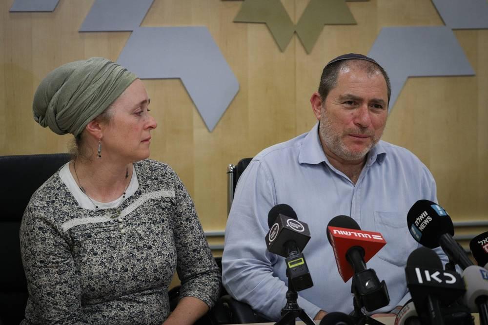 Los padres de la embarazada israelí herida de gravedad en un ataque terrorista en Samaria hablan con reporteros en el hospital Shaarei Zedek el 10 de diciembre de 2018. (Yonatan Sindel / FLASH 90)