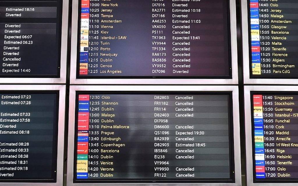 Un panel de información muestra las llegadas de vuelos programados cancelados y desviados en el aeropuerto de Londres Gatwick, al sur de Londres, el 20 de diciembre de 2018 después de que todos los vuelos fueron a tierra debido a dronesque volaban sobre el aeródromo.(Glyn Kirk / AFP)